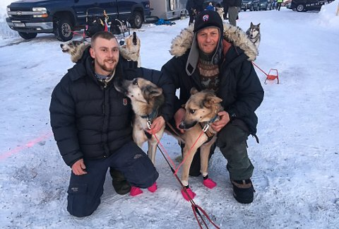 KLARE FOR LØP: Patrick Brennhaugen og Sven-Erik Gullbekk er klare for start i Bergebyløpet. Her sammen med hundene Troll og Jotun.