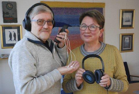 INFORMASJON: Bernt Aksel Jensen og Sissel Harila i HLF Vadsø og omegn ber ungdom bruke hodetelefoner og øreplugger med måte. Langvarig bruk med høyt lydnivå betyr stor fare for framtidige hørselsskader.alle foto: alf helge jensen