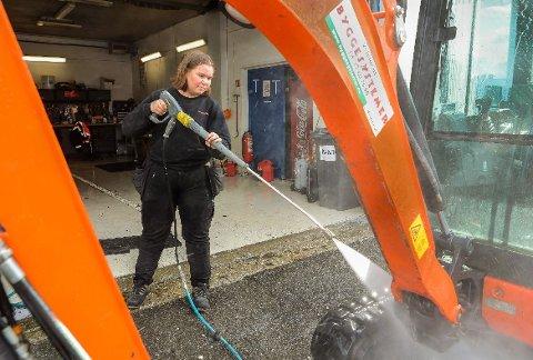 SOMMERJOBB PÅ TREDJE ÅRET: Victoria Rydningen rengjør en dumper etter bruk. Bildeter fra i fjor sommer.