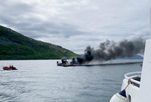BÅTBRANN: Det begynte tirsdag formiddag å brenne i en arbeidsbåt i Vargsundet.