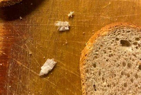 FANT DETTE: Sarilla mener det var plastbiter i brødet han handlet i helga.