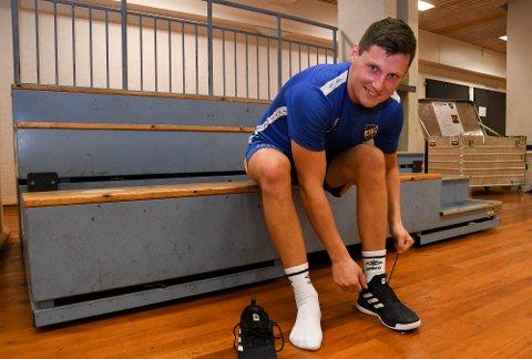 SNØRER PÅ SEG SKOENE: Etter tre år borte fra Alta snører Håvard Brekmo på seg skoene igjen for Alta IFs håndballherrer.