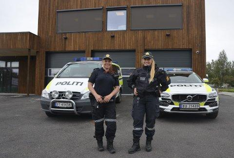 TRIVES: Kristine Jerijærvi (38) og Amalie Austgarden (26) er skjønt enige om at det å være politi er en spennende og givende jobb. I sommer begynte de begge i jobb ved Koppang lensmannskontor. Dermed er halvparten av de ansatte der kvinner i uniform. Det er sjeldent på en lensmannskontor.