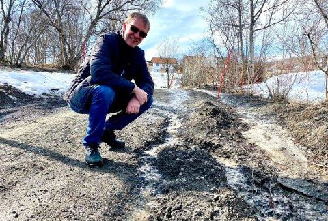 Karl Emil Rikardsen mener det er på tide at kommunen setter ut fisk i elva som renner ned Buveien.