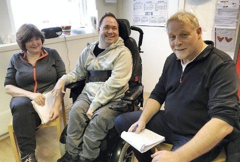 Jarlsberg ble intervjuet: Redaktør Pål Nordby (t.h)  svarte på spørsmål fra Kristian Aslaksen ved Svingen Aktivitetssenter, og helsefagarbeider Rita Thuseth.