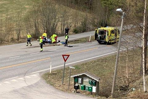 IKKE FØRSTE GANG: En motorsyklist kjørte av veien ved Hem mellom Hof og Eidsfoss lørdag ettermiddag. – Vi som bor her opplever mye stygg trafikk, forteller Sissel Lagarhus.