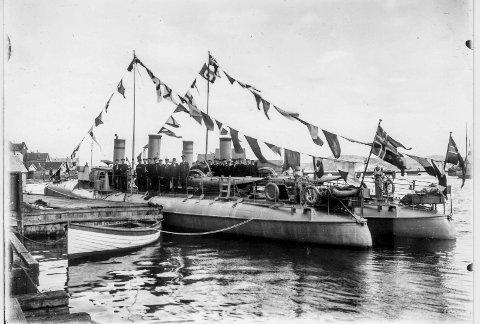 1: Bildet er fra en 17. mai feiring under 1. verdenskrig. Torpedobåtene ligger til kai ved Barthebrygga. Om bord i en av disse var Harry Karlsen. 2: En av torpedobåtene som ble senket ved Lyngør i 1940. 3: En av torpedobåtene fra en annen vinkel. 4: Dessverre husker jeg ikke navnet på denne mannen som var minerer på en av torpedobåtene som ble senket i Lyngør. Han var bror til min tante. Det er ham som har tatt bildene av torpedobåtene i Lyngør.