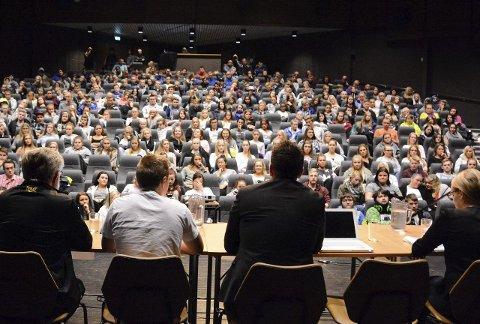Stort publikum: Debattantane under skuledebatten hadde eit stort og lydhøyr publikum.