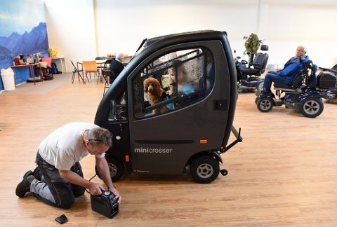 LUFTFYLLING: Her er det Tonje Voster Bakke med hunden Nanny som får fylt luft i dekka av Eirik Røberg frå Hjelpemiddelsentralen.