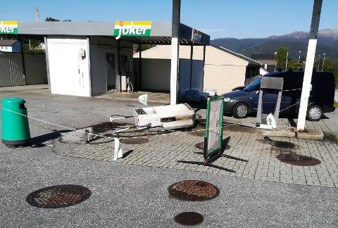 Slik såg det ut ved bensinstasjonen til Joker i Høylandsbygd fredag. (Foto: Kvinnheringen-tipsar).