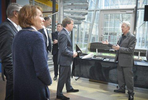 TYSKERE PÅ BESØK: Blant andre ordfører Kari Anne Sand og Dr. Ulf Kämpfer, borgermester i Kiel, fulgte med da Bjørn Boye Hansen, salgssjef hos Kongsberg Defence Systems, viste gjestene rundt på Arsenalet i 2016.