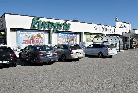 PARKERING: Bilplass til de handlende er avgjørende for Europris-forretningen. Butikken fikk oppsving da de i sin tid flyttet fra sentrum.