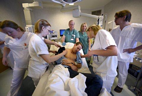 Helse: Sykepleiere og andre yrkesgrupper innen helse og omsorg vil det være stor etterspørsel etter fremover. Bildet er fra en øvelse på Kongsberg sykehus.alle FOTO: JAN STORFOSSEN