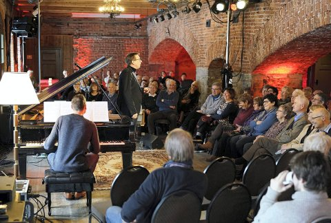 OPERAPUB: Her ser vi Frank Havrøy underholde under fjorårets arrangement på Smeltehytta.