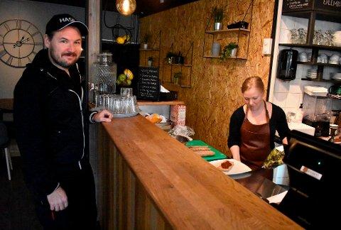 SMILER: Kjøkkensjef i Studentsamskipnaden, Simon Hogstad, og en av de ansatte, Linda Odenius, fikk smilefjes da Matillsynet kom på besøk.