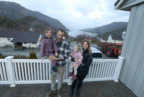 Tysvær 1401 2020 VIL DYRKE SELV: Torbjørn Fjellet og Lene Eide med barna Anne Sofie(blir 6) og Sonja Marie( snart 2) drømmer om å kjøpe sitt eget småbruk i Tysvær.