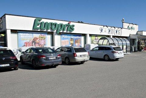 SELGES: Flyttingen av butikken er omdiskutert. Nå selges bygget.