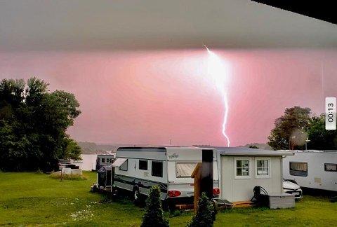 UVÆR: Her slo lynet ned rundt 500 meter fra campingvogna.