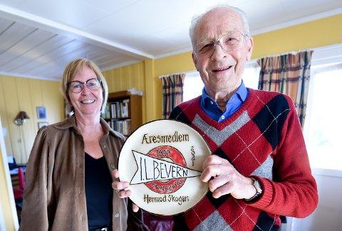 ÆRESMEDLEM: Hermod Skogen (88 år) er et av mange nye æresmedlemmer i IL Bevern. Her sammen med Ellen Østby, som delte ut hederen. FOTO: OLE JOHN HOSTVEDT