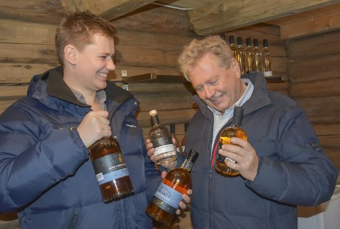 Det flasker seg til: Peder (t.v.) og Marius Egge er fornøyde for at akevittene fra gården tas godt imot.