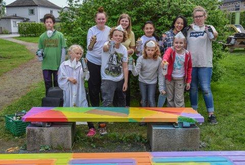FARGEPATRULJEN: I løpet av noen søndagstimer sørgen denne gjengen fra kulturskolen for at benker og søplekasser i rådhusparken har fått farge på seg.