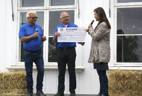 GAVMILDE: Øivind Kristiansen, president i Kiwanis Club Lier, John Enger, leder i humanitærkomiteen overrakte sjekken på 25.000 kroner til Siw Indregård Sønstebø.