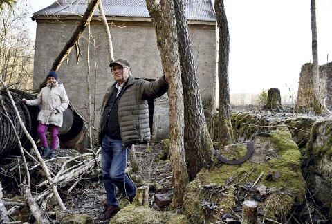 INDUSTRIOMRÅDET: Ildsjelene Grete Kristoffersen og Dagfinn Muggerud foran kraftstasjonen, som de ønsker å bevare sammen med resten av industriområdet på Sjåstad.