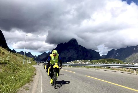 Finvær i Lofoten: Nils Haugen har syklet Norge på langs to ganger før, men aldri vært innom Lofoten. Tirsdag syklet han og resten av reisefølget de 12 milene fra Svolvær til Å i Lofoten i finvær.