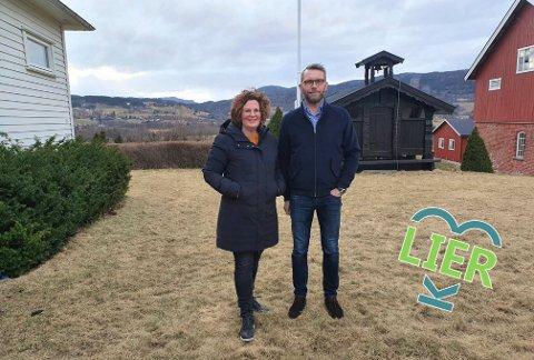 Stortrives på haugen: Kristin Leer og Svein Løvland trives på Tamburhaugen, med utsikt i alle retninger. - Vi bor jo virkelig midt i Lier, med masse fine turområder i nærheten, mener Kristin.