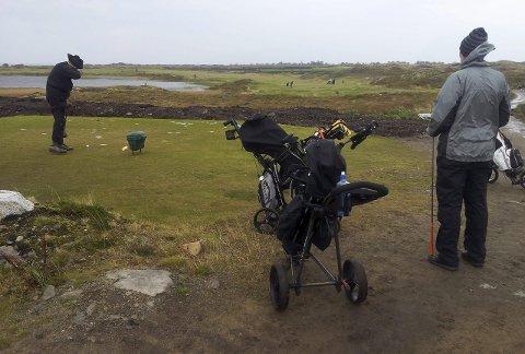 Godt skodd: Litt vær og vind stopper ikke ivrige golfere på Gimsøy i lag-NNM i fjor. Foto: Privat