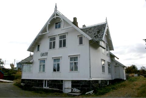 Denne Sveitservillaen på Å har fått en million kroner til istandsetting av skifertaket, og til skraping og klargjøring av kledningen.