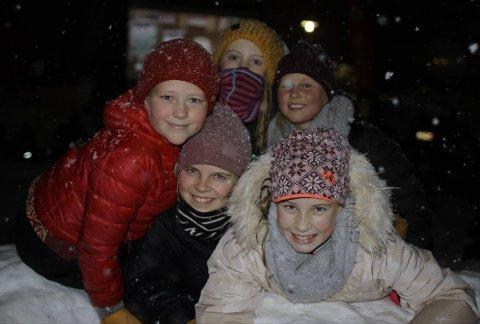 UTEKINO: Disse barna var noen av dem som deltok på kino utendørs ved Rosfjordstranden søndag ettermiddag.