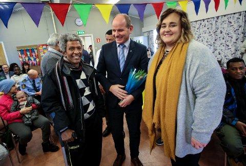 Kasper mottak i Våler legges ned etter ti års drift. Negasi Andu Tesfay fra Eritrea, ordfører Reidar Kaabbel og nestleder Vigdis Karlsen.