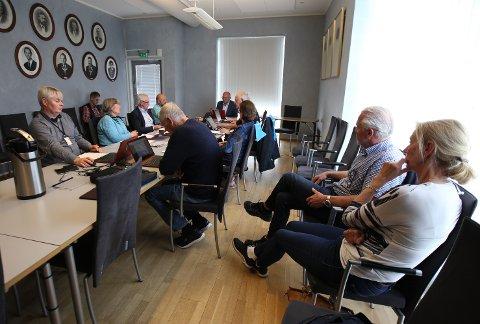 FIKK NEI: Flertallet i plan- og miljøutvalget stemte for at ekteparet Bente og Gunnar Rusten (til høyre i bildet) ikke fikk dispensasjon for tiltakene på hytta deres i Hvitsten.