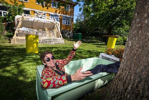 IKKE SOM ANDRE STEDER: Andreas Strand Renberg har tatt plass i badekaret foran scenen i skolehagen.