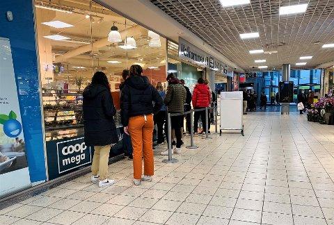 EGEN KØ: Elevene ved Kirkeparken videregående skole har fått egen kø utenfor inngangen til Coop Mega på Amfi Moss. Slik skal butikken hindre at de går inn i store grupper.
