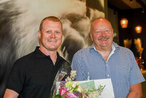 FIKK STØTTE: Erik Watndal (foran) fikk mandag 25.000 kroner i støtte til sin satsing fra Indre Østfold Sportsskyttere og leder Magne Østby.
