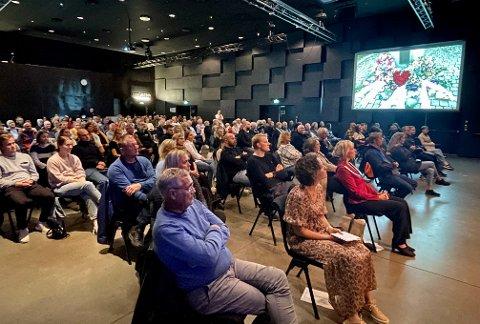 FULLSATT: Mange kom til NTE Arena torsdag kveld for tiårsmarkeringa av 22. juli. Tidlig måtte ekstra stoler settes inn for å få plass til alle.