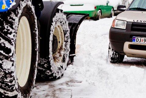 ADVARER: Politiet i Telemark advarer mot å leke i brøytekanter og på plasser der brøytebiler tipper snø. Tirsdag ble en ni år gammel jente gravd fram fra en snøhaug hun lekte i.