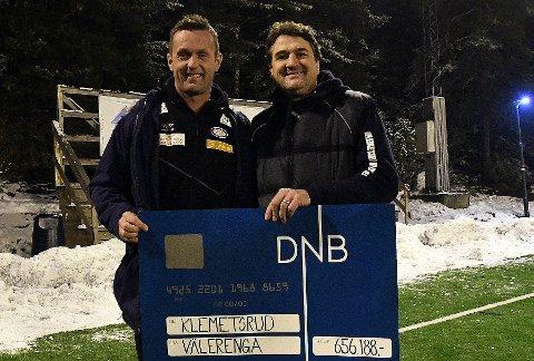 FORNØYDE: Både Geir Bølstad, leder i Klemetsrud fotball, og VIF-trener Ronny Deila smilte bredt etter utdelingen tirsdag kveld.