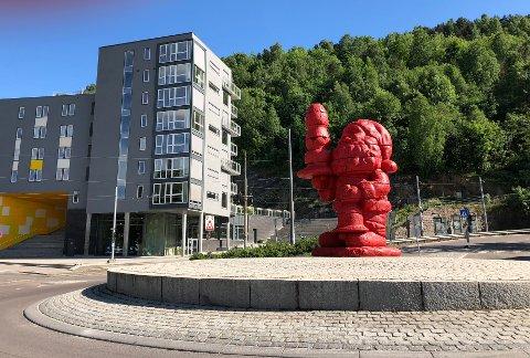 """- Med sin plassering forsøpler Ringnes et område som står sentralt i Oslos historie, og som går tilbake over 1000 år, skriver en leser i denne kritikken av Ekebergparkens nyeste kunstverk """"Santa""""."""
