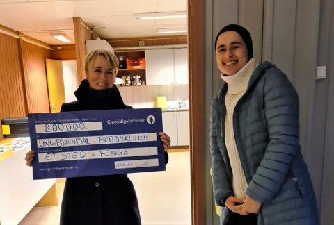 TIL MØTESTED: Nina Tveit, daglig leder for Bjørndal frivilligsentral, og Ikram Hammani, en av UngBjørndals forumledere, gleder seg over pengene som skal gå til å skape et trivelig møtested for unge.