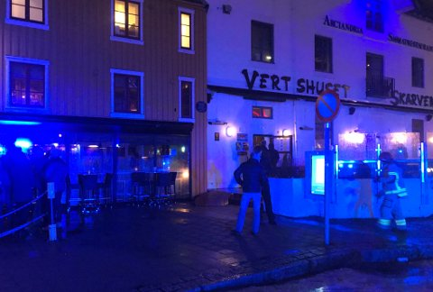 Her er brannfolkene på plass på Skarven i Tromsø sentrum. Foto: Ola Solvang