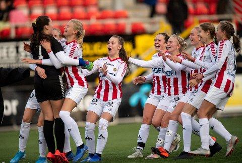 ELLEVILT: Vill jubel da TILs J16-jenter slo ut Lyn i kvartfinalen av cupen etter straffespark. Lørdag spiller J16-laget for NM-finale når de møter Strindheim på Alfheim. Det er blant de mange direktesendte kampene med lokale lag som Nordlys viser i helga.