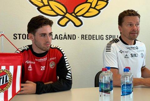 PRESENTERT: Manchester United-spiller Aidan Barlow (19) sammen med TILs sportssjef Svein-Morten Johansen under pressekonferansen på Alfheim tirsdag, der Barlow ble presentert som TIL-spiller ut høstsesongen.