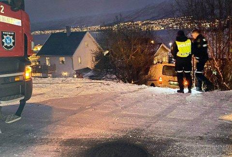 PÅ SOMMERDEKK: Varebilen havnet i hagen midt på Tromsøya. Foto: Marius Medby