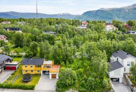 TOMT: Mellom disse to husene i Vesterlia ligger det en tomt. Pris 5,2 millioner kroner.