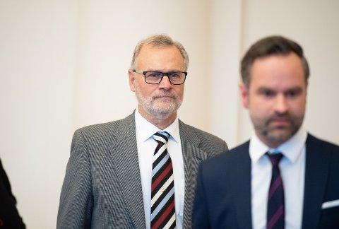 Gunnar Solberg, sønn av Johan Solberg fra Kolbu ankommer retten i Hamburg fredag sammen med advokat Patrick Lundewall-Unger under høringen mot SS-vakten Bruno Dey.