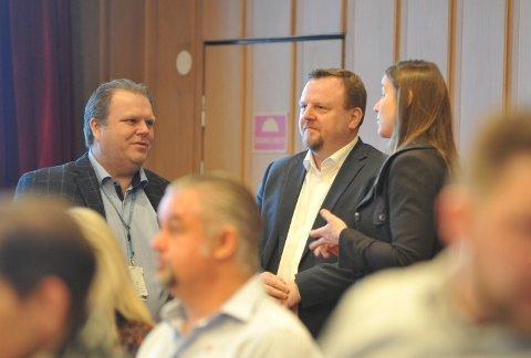 HELT UENIGE: Therese Høy (t.h.) og Øyvind Moshagen (midten) presenterte sine løsninger for riksveg 4 til de folkevalgte i Vestre Toten. De «tilbyr» helt ulike løsninger mellom Jaren og Reinsvoll.