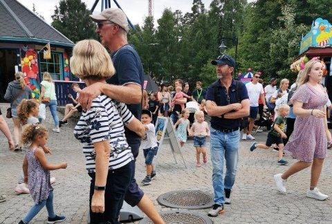 BEDRE HER: Ann Christin Hasvold, hennes familie og en vennefamilie var på tur fra Dokka til Tusenfryd og reagerte på at det var mye trengsel og lange køer på de mest populære attraksjonene. Bildet er tatt etter at det løste seg litt opp.